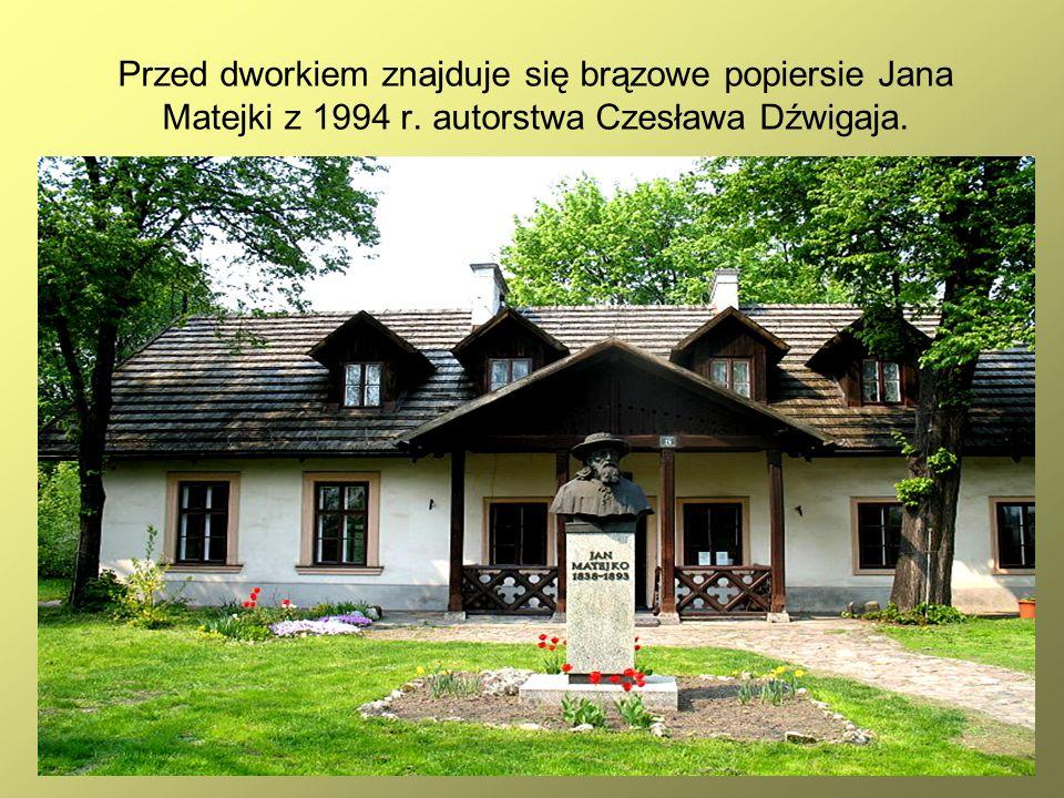 38 Przed dworkiem znajduje się brązowe popiersie Jana Matejki z 1994 r. autorstwa Czesława Dźwigaja.