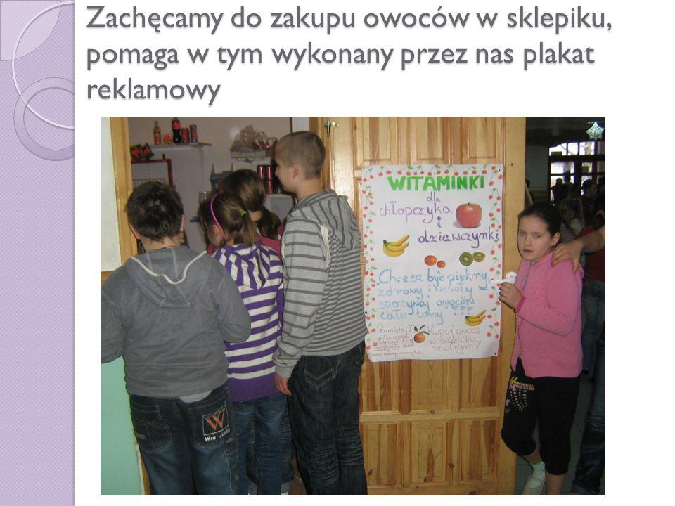 Zachęcamy do zakupu owoców w sklepiku, pomaga w tym wykonany przez nas plakat reklamowy