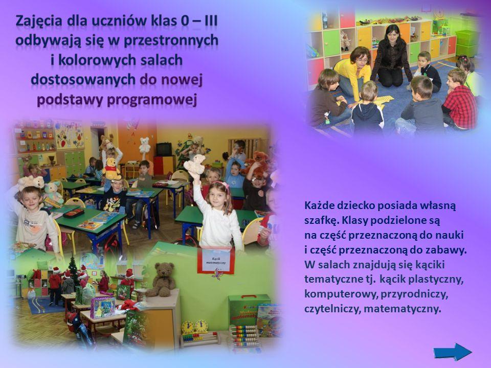 Każde dziecko posiada własną szafkę. Klasy podzielone są na część przeznaczoną do nauki i część przeznaczoną do zabawy. W salach znajdują się kąciki t