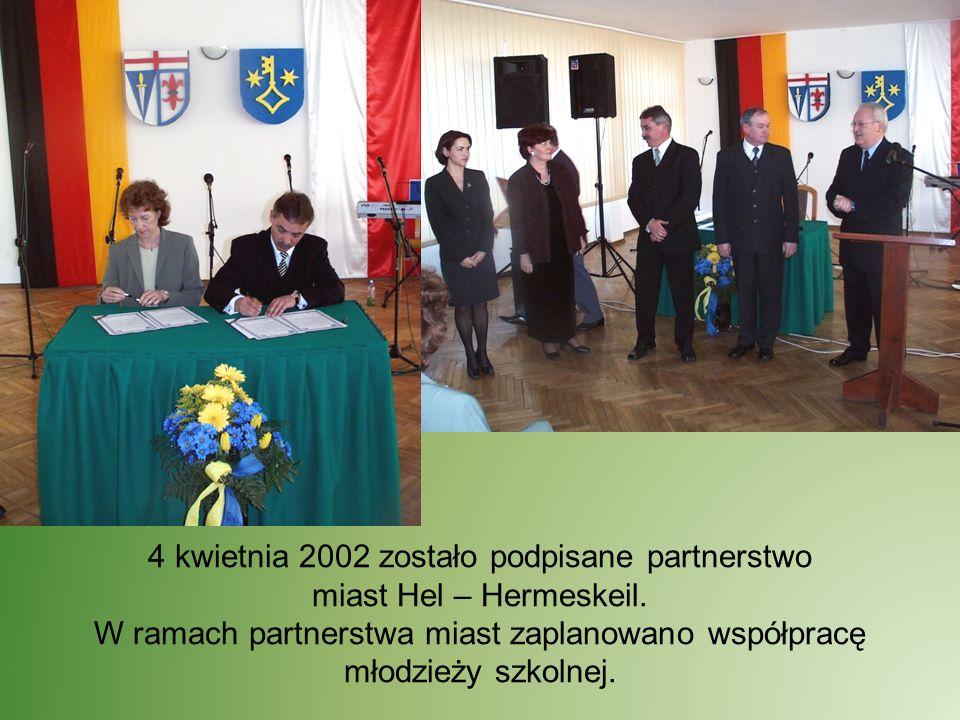 4 kwietnia 2002 zostało podpisane partnerstwo miast Hel – Hermeskeil. W ramach partnerstwa miast zaplanowano współpracę młodzieży szkolnej.
