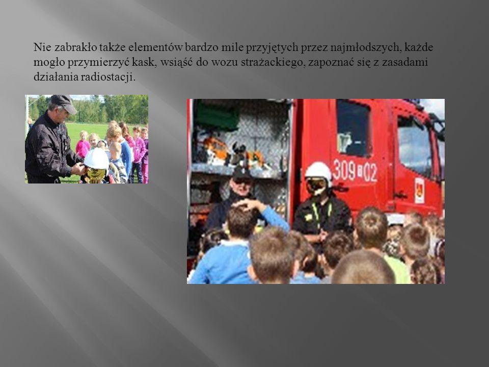Nie zabrakło także elementów bardzo mile przyjętych przez najmłodszych, każde mogło przymierzyć kask, wsiąść do wozu strażackiego, zapoznać się z zasadami działania radiostacji.