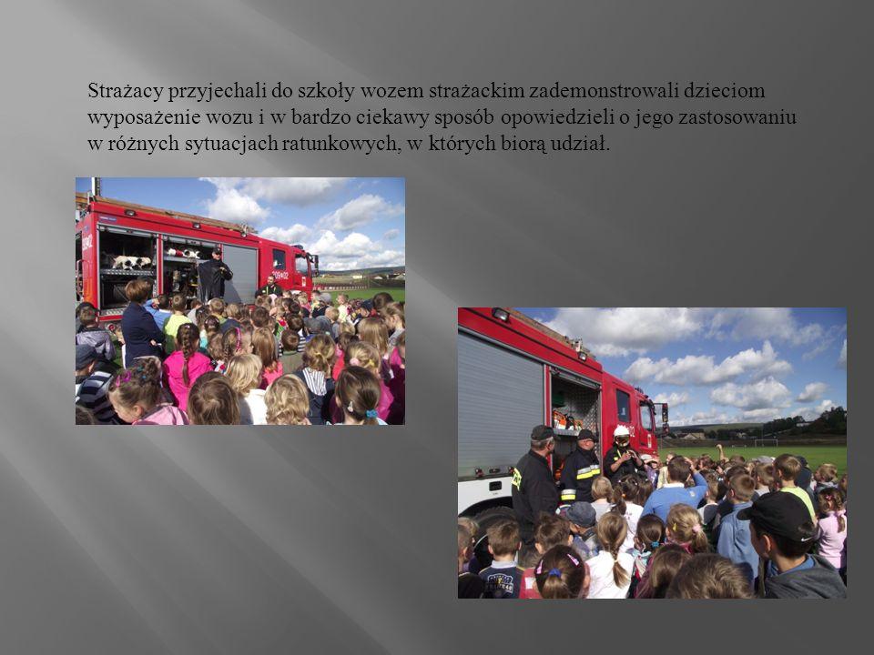Strażacy przyjechali do szkoły wozem strażackim zademonstrowali dzieciom wyposażenie wozu i w bardzo ciekawy sposób opowiedzieli o jego zastosowaniu w różnych sytuacjach ratunkowych, w których biorą udział.