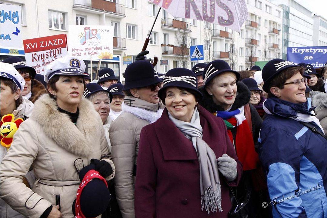 Zbiórka uczestniczek imienin przed Urzędem Miejskim w Gdyni