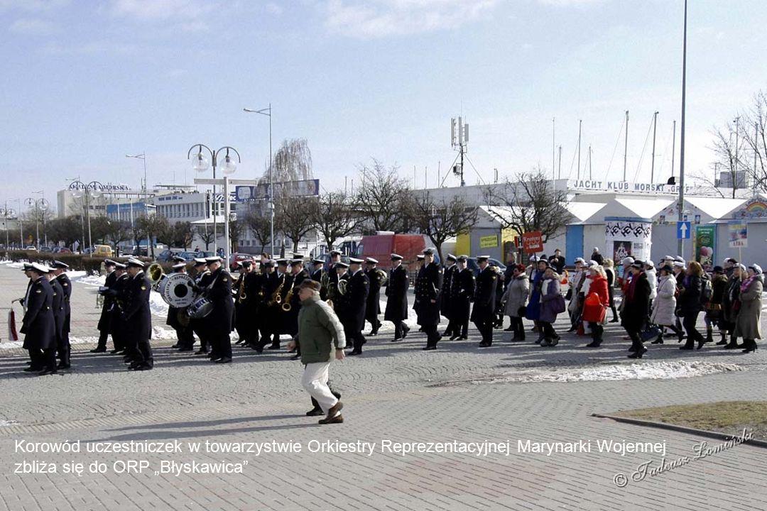 Delegacja Krystyn składa przy Kolegiacie Gdyńskiej wiązankę kwiatów pod tablicą ofiar katastrofy lotniczej w Smoleńsku