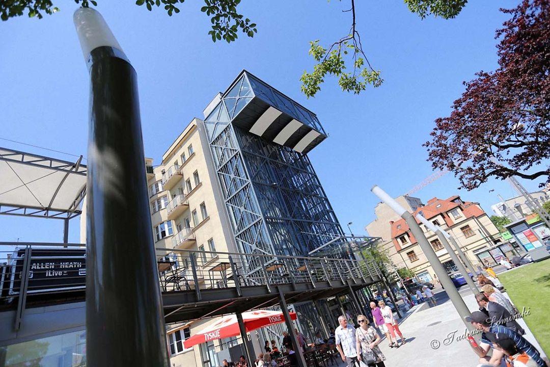 Do Panoramium można dostać się windą lub schodami Widok z wieży widokowej na Skwer Kościuszki