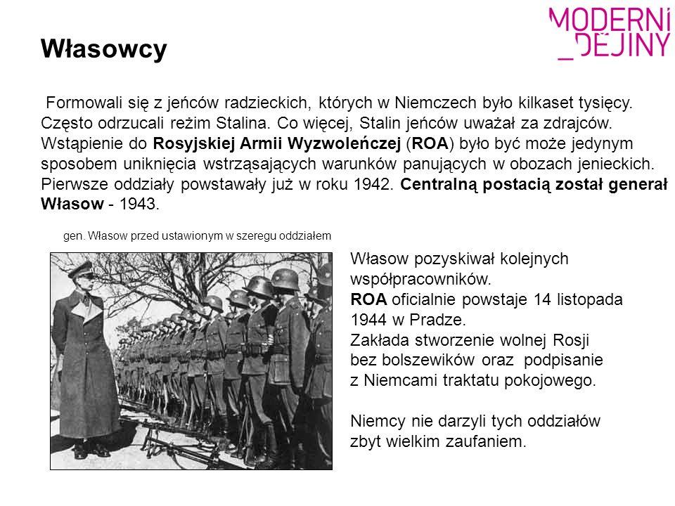 Własowcy gen. Własow przed ustawionym w szeregu oddziałem Formowali się z jeńców radzieckich, których w Niemczech było kilkaset tysięcy. Często odrzuc