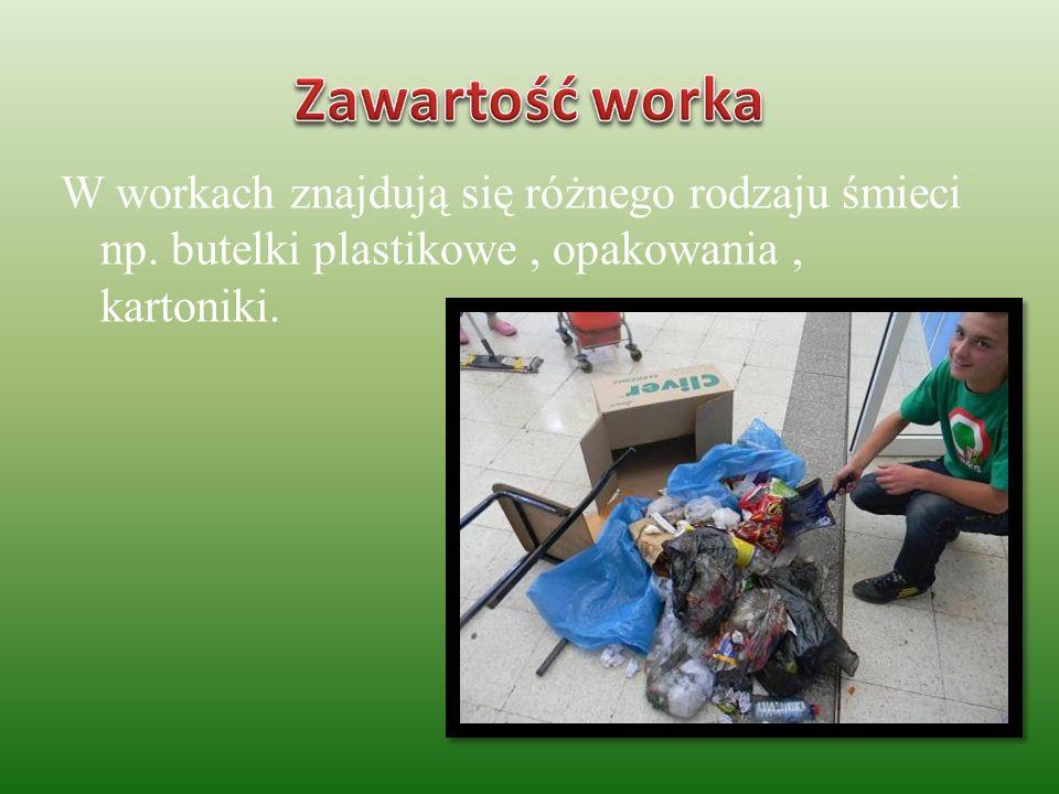 W workach znajdują się różnego rodzaju śmieci np. butelki plastikowe, opakowania, kartoniki.