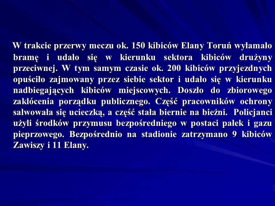 W trakcie przerwy meczu ok. 150 kibiców Elany Toruń wyłamało bramę i udało się w kierunku sektora kibiców drużyny przeciwnej. W tym samym czasie ok. 2