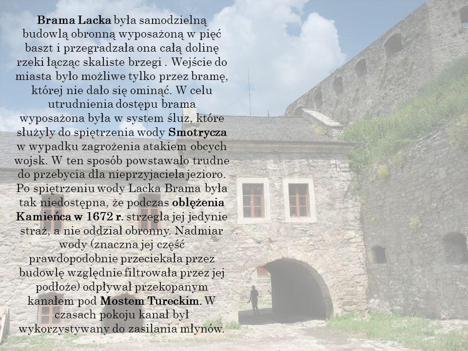 Brama Lacka była samodzielną budowlą obronną wyposażoną w pięć baszt i przegradzała ona całą dolinę rzeki łącząc skaliste brzegi.