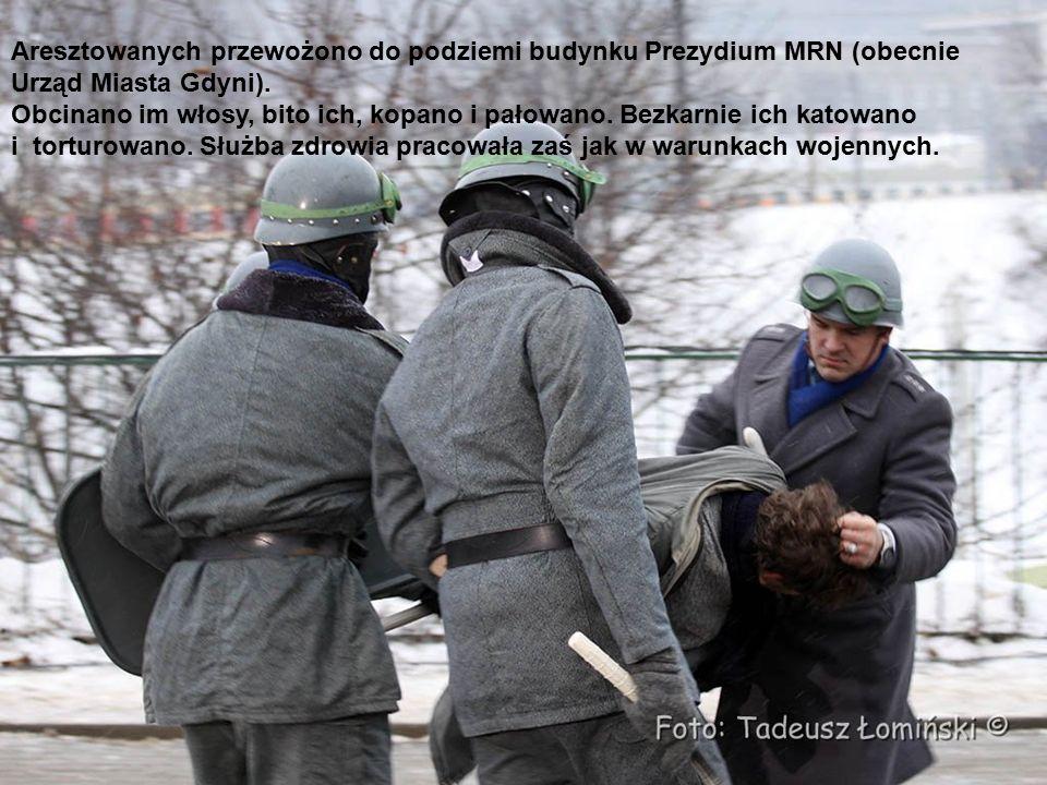 Przybyłe pod Prezydium MRN demonstracje ok.8,30 próbują opanować stację benzynową.