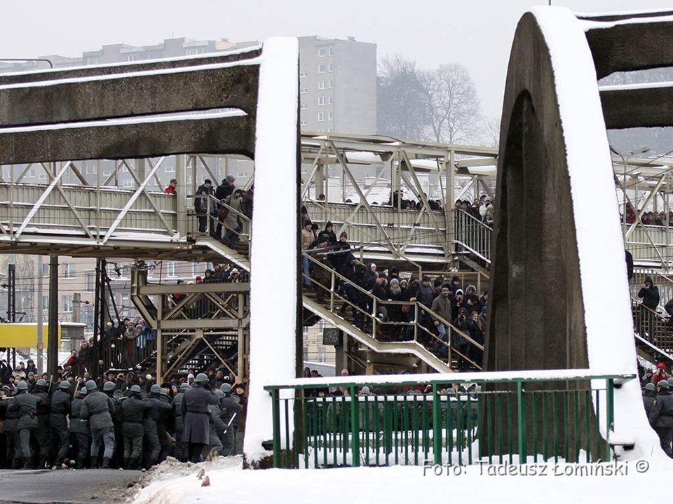"""W 40 rocznicę """"Czarnego czwartku w Gdyni odbyła się rekonstrukcja historyczna wydarzeń przy przystanku SKM Gdynia Stocznia, co ilustrują zdjęcia w tej prezentacji."""