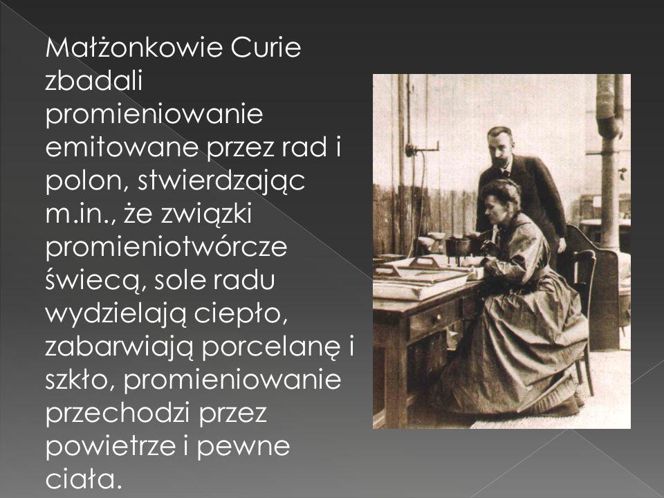 Małżonkowie Curie zbadali promieniowanie emitowane przez rad i polon, stwierdzając m.in., że związki promieniotwórcze świecą, sole radu wydzielają cie