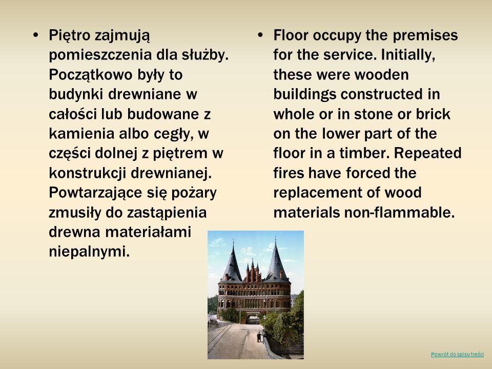 Piętro zajmują pomieszczenia dla służby. Początkowo były to budynki drewniane w całości lub budowane z kamienia albo cegły, w części dolnej z piętrem