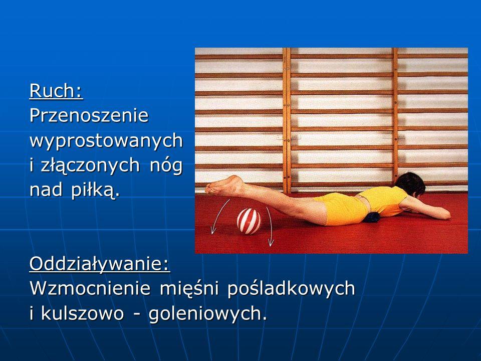 Ruch:Przenoszeniewyprostowanych i złączonych nóg nad piłką.