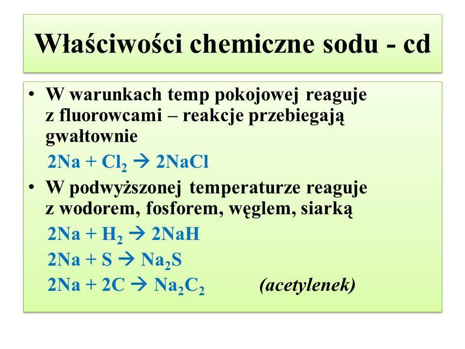 Właściwości chemiczne sodu - cd W warunkach temp pokojowej reaguje z fluorowcami – reakcje przebiegają gwałtownie 2Na + Cl 2  2NaCl W podwyższonej te