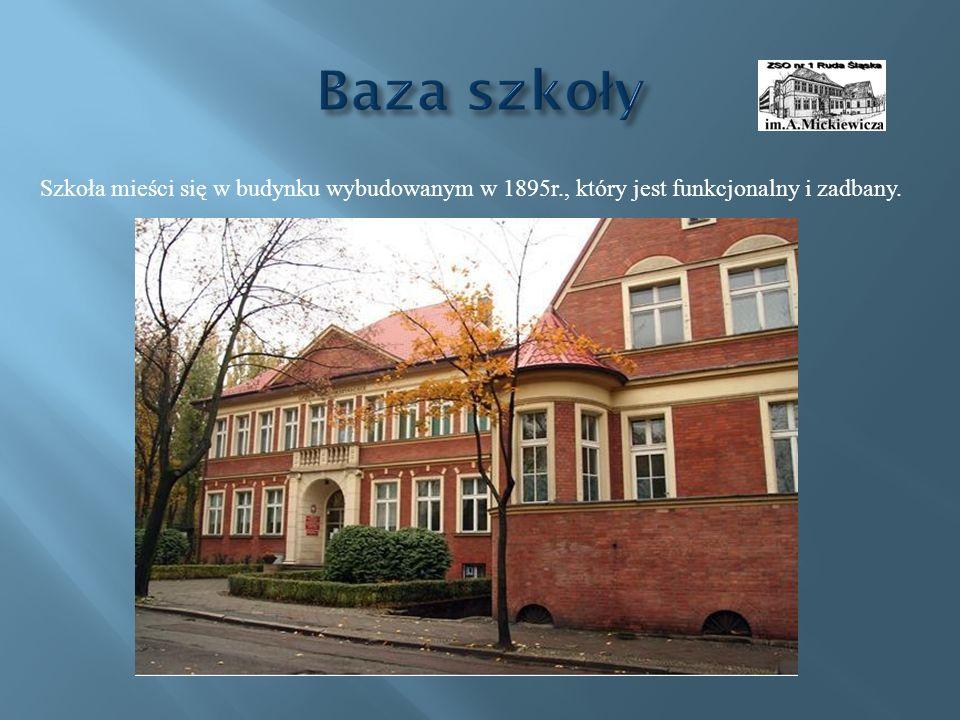 Szkoła mieści się w budynku wybudowanym w 1895r., który jest funkcjonalny i zadbany.