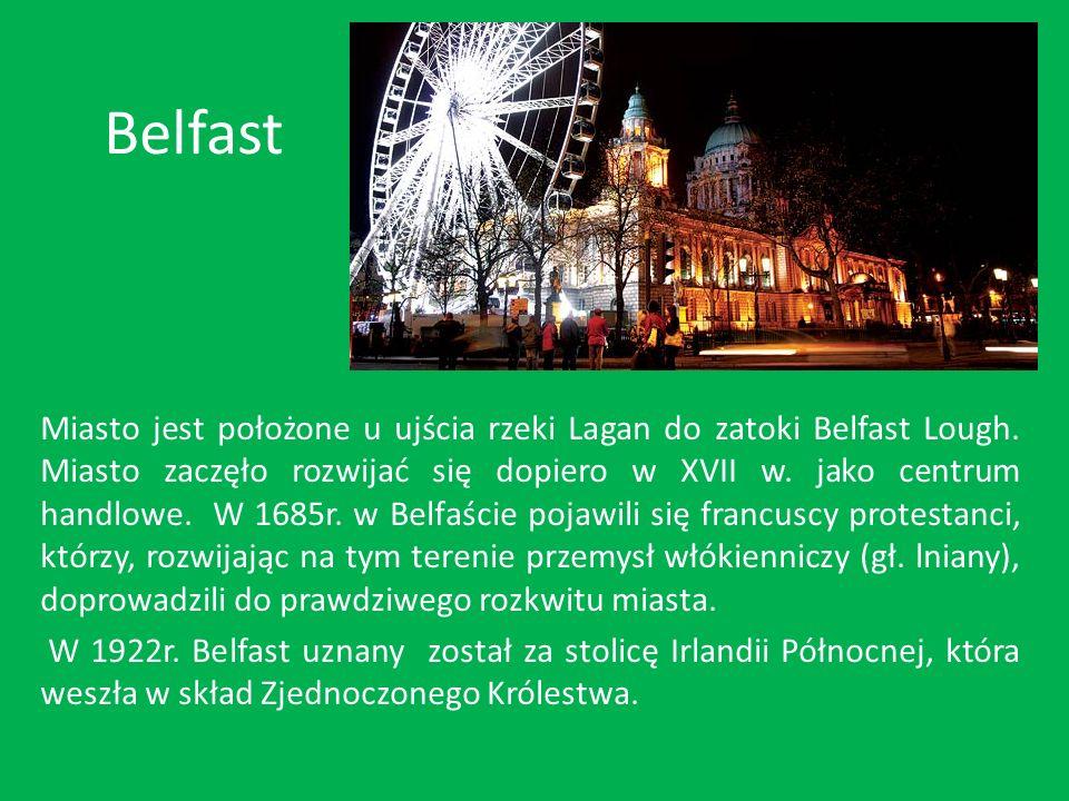 Historyczny ratusz w centrum Belfastu i przekrzywiona o kilkanaście stopni wieża przypominająca londyński Big Ben.