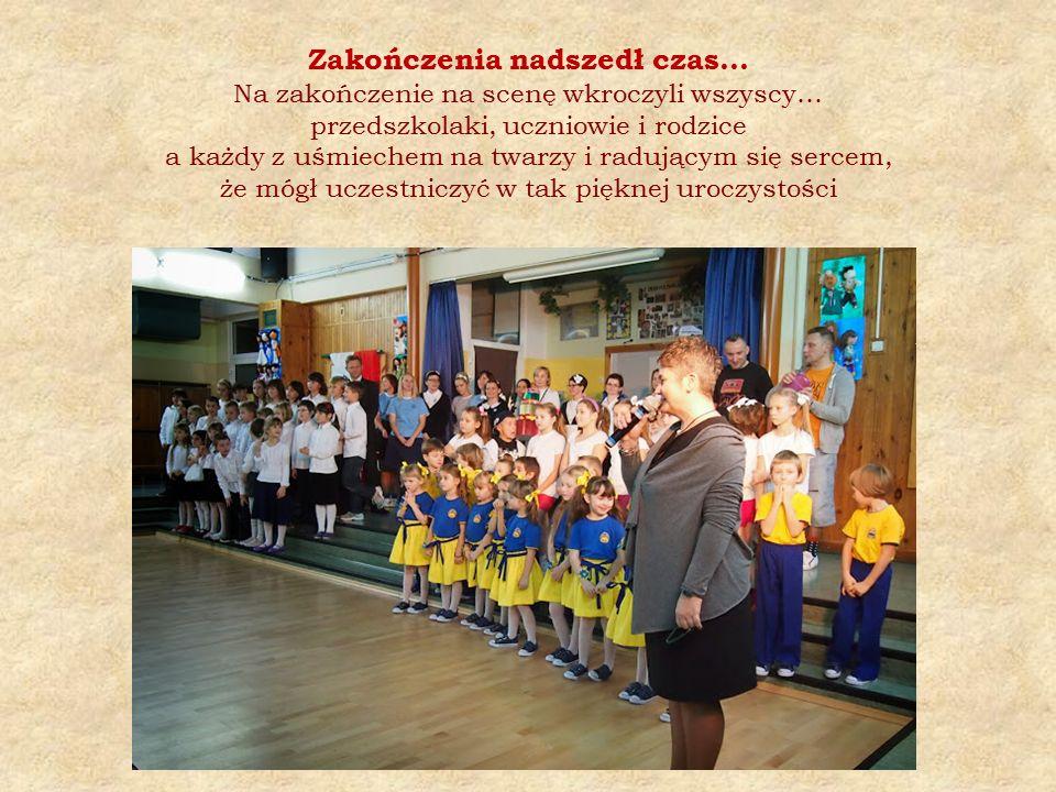 Zakończenia nadszedł czas… Na zakończenie na scenę wkroczyli wszyscy… przedszkolaki, uczniowie i rodzice a każdy z uśmiechem na twarzy i radującym się sercem, że mógł uczestniczyć w tak pięknej uroczystości