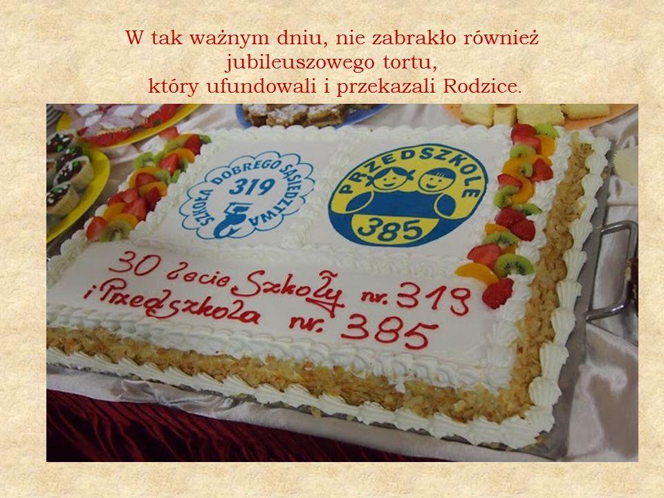 W tak ważnym dniu, nie zabrakło również jubileuszowego tortu, który ufundowali i przekazali Rodzice.