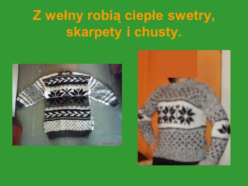 Z wełny robią ciepłe swetry, skarpety i chusty.