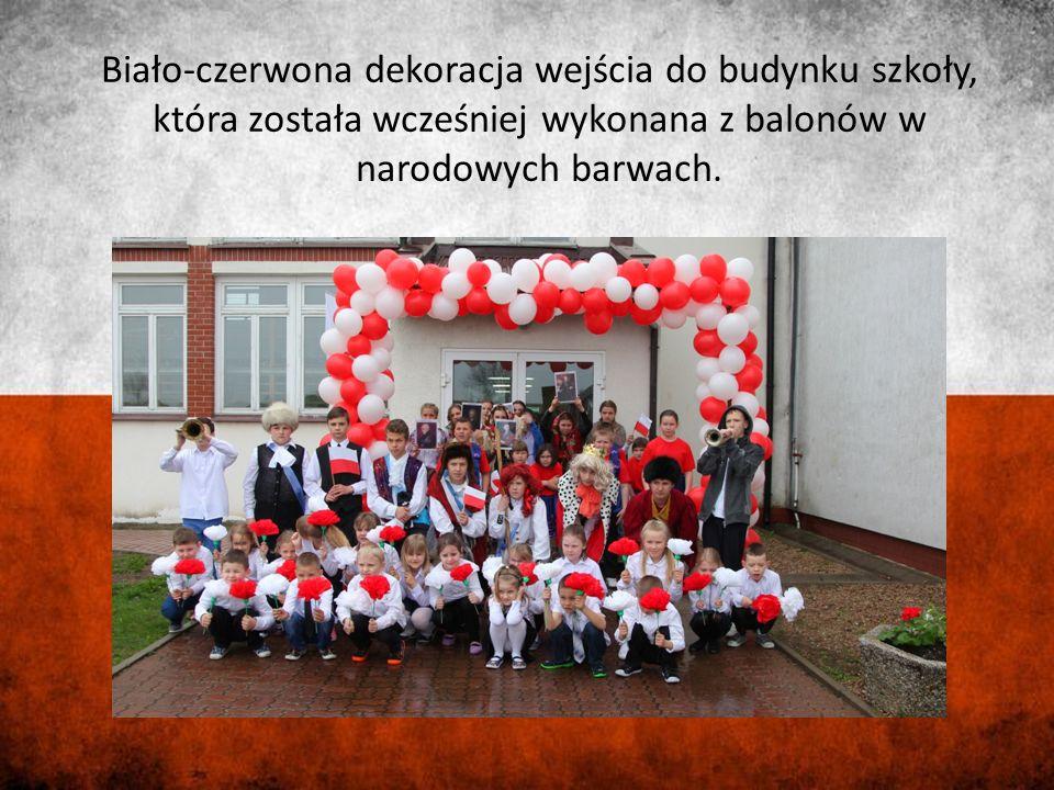 Biało-czerwona dekoracja wejścia do budynku szkoły, która została wcześniej wykonana z balonów w narodowych barwach.