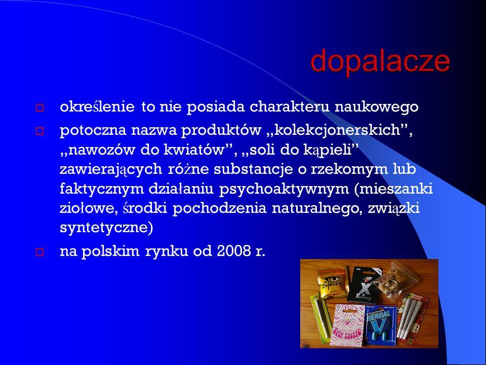 """ okre ś lenie to nie posiada charakteru naukowego  potoczna nazwa produktów """"kolekcjonerskich , """"nawozów do kwiatów , """"soli do k ą pieli zawieraj ą cych ró ż ne substancje o rzekomym lub faktycznym dzia ł aniu psychoaktywnym (mieszanki zio ł owe, ś rodki pochodzenia naturalnego, zwi ą zki syntetyczne)  na polskim rynku od 2008 r."""