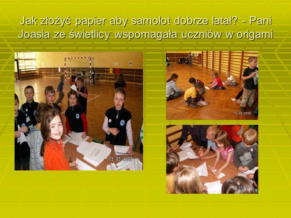 Jak złożyć papier aby samolot dobrze latał - Pani Joasia ze świetlicy wspomagała uczniów w origami