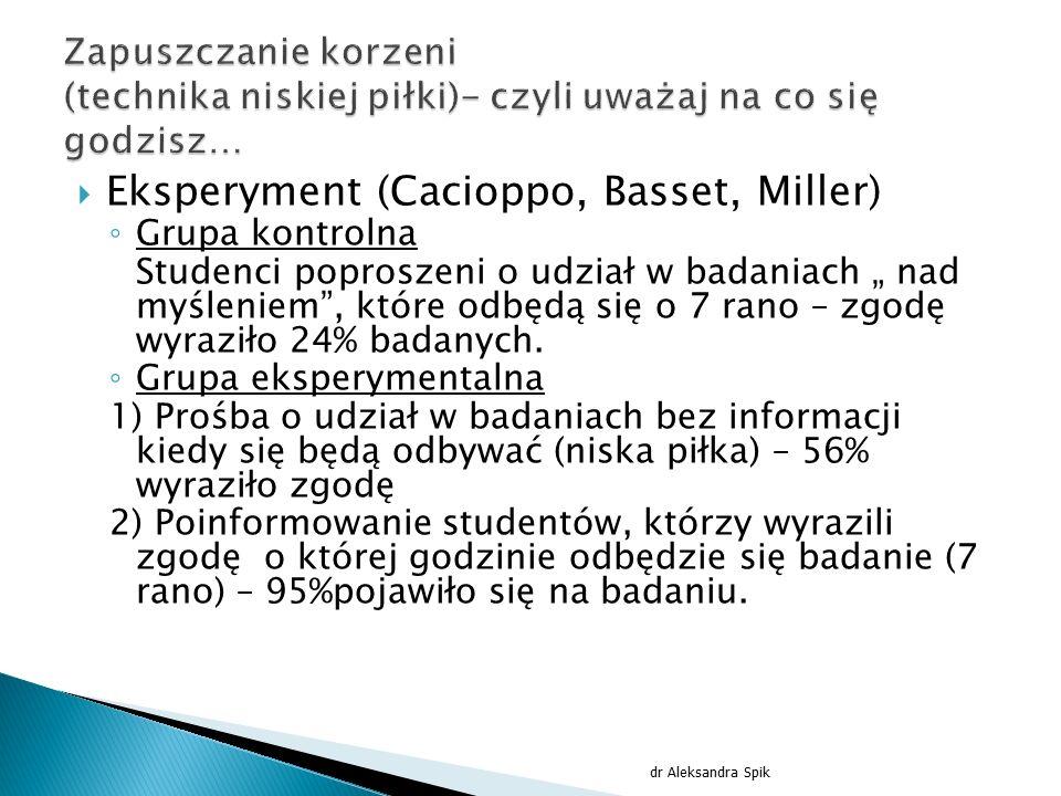""" Eksperyment (Cacioppo, Basset, Miller) ◦ Grupa kontrolna Studenci poproszeni o udział w badaniach """" nad myśleniem"""", które odbędą się o 7 rano – zgod"""
