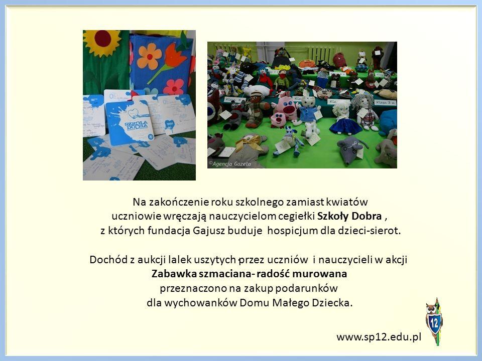 Na zakończenie roku szkolnego zamiast kwiatów uczniowie wręczają nauczycielom cegiełki Szkoły Dobra, z których fundacja Gajusz buduje hospicjum dla dzieci-sierot.