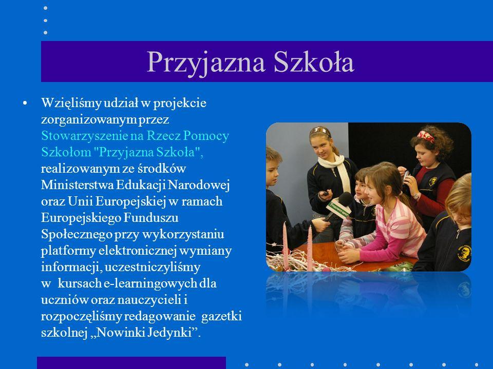 """Przyjazna Szkoła Wzięliśmy udział w projekcie zorganizowanym przez Stowarzyszenie na Rzecz Pomocy Szkołom Przyjazna Szkoła , realizowanym ze środków Ministerstwa Edukacji Narodowej oraz Unii Europejskiej w ramach Europejskiego Funduszu Społecznego przy wykorzystaniu platformy elektronicznej wymiany informacji, uczestniczyliśmy w kursach e-learningowych dla uczniów oraz nauczycieli i rozpoczęliśmy redagowanie gazetki szkolnej """"Nowinki Jedynki ."""