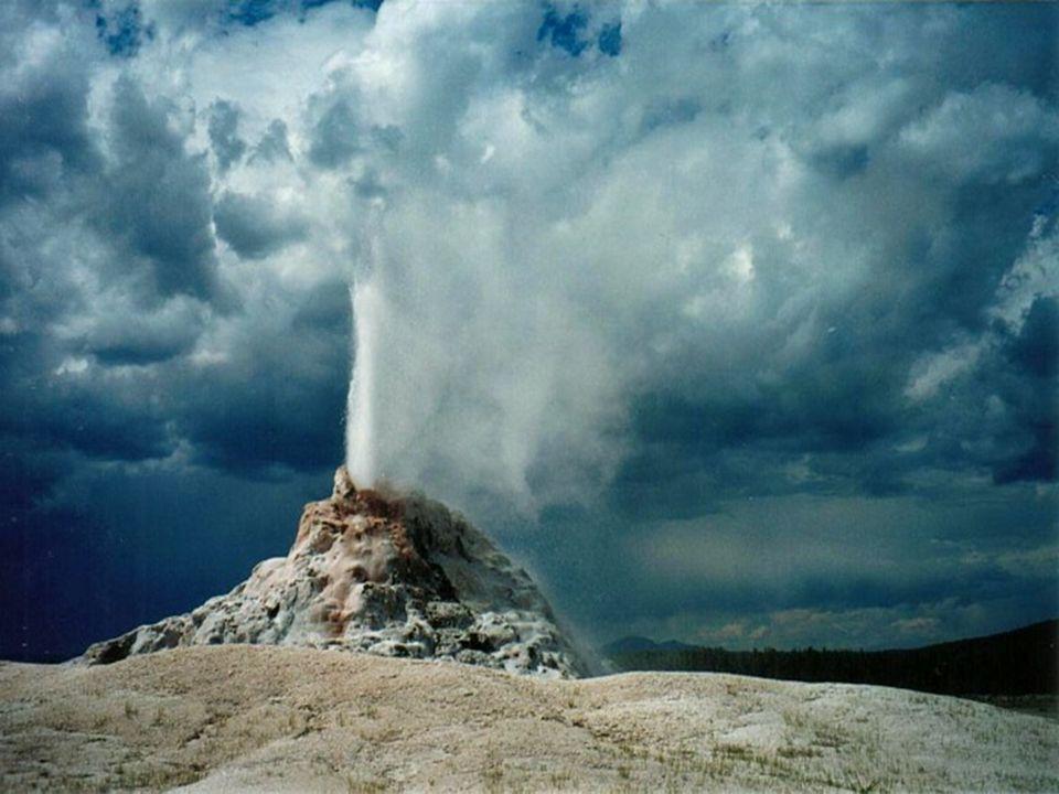 Fumarole Rodzaj ekshalacji wulkanicznych, towarzyszących czynnym wulkanom.