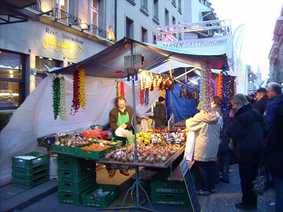 """W czwarty poniedziałek listopada w Bernie odbywa się tradycyjny Targ Cebulowy (Zibelemärit). Rozpoczęcie o 4 rano (""""oficjalnie"""" około 6). Zakończenie"""
