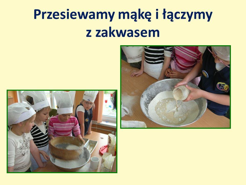 Przesiewamy mąkę i łączymy z zakwasem