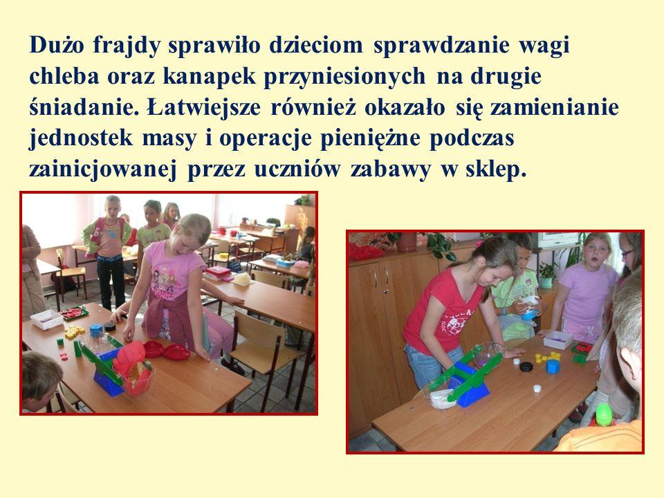 Dużo frajdy sprawiło dzieciom sprawdzanie wagi chleba oraz kanapek przyniesionych na drugie śniadanie.