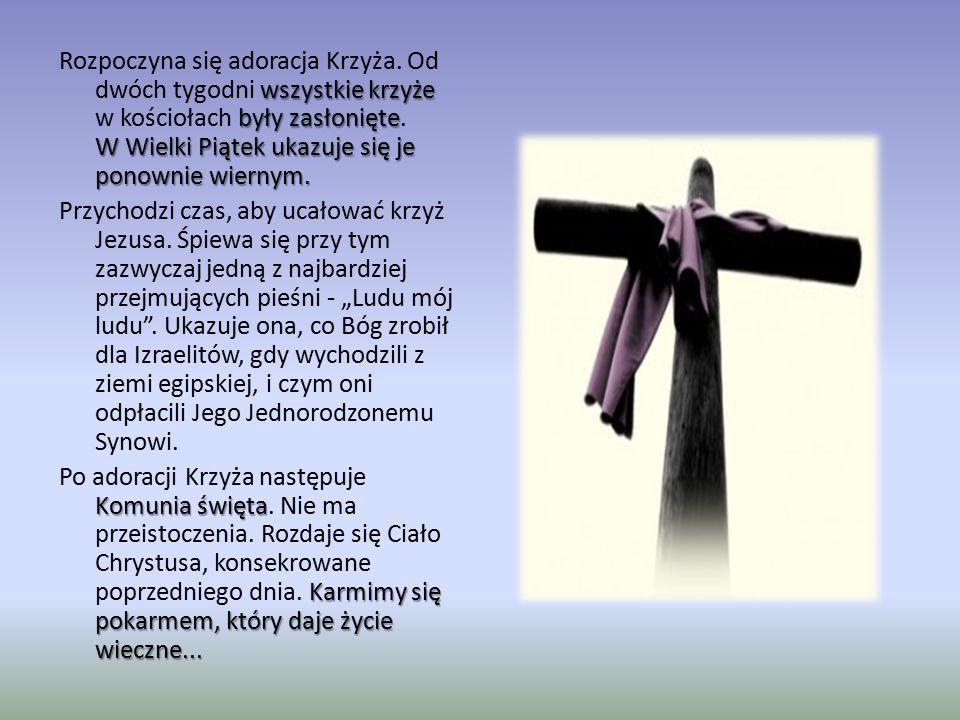 wszystkie krzyże były zasłonięte W Wielki Piątek ukazuje się je ponownie wiernym. Rozpoczyna się adoracja Krzyża. Od dwóch tygodni wszystkie krzyże w