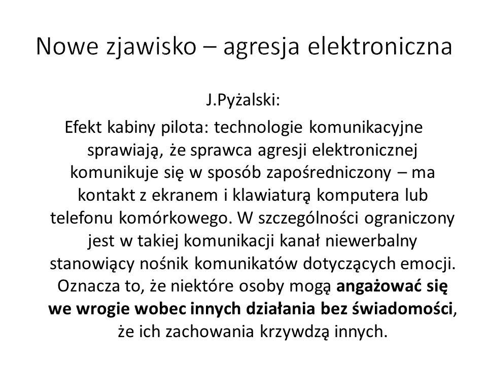 J.Pyżalski: Efekt kabiny pilota: technologie komunikacyjne sprawiają, że sprawca agresji elektronicznej komunikuje się w sposób zapośredniczony – ma kontakt z ekranem i klawiaturą komputera lub telefonu komórkowego.