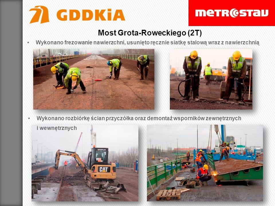 Wykonano frezowanie nawierzchni, usunięto ręcznie siatkę stalową wraz z nawierzchnią Wykonano rozbiórkę ścian przyczółka oraz demontaż wsporników zewnętrznych i wewnętrznych Most Grota-Roweckiego (2T)