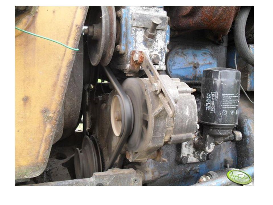 Pasek napędowy, który między innymi uruchamia alternator, jest napędzany przez wał korbowy silnika.