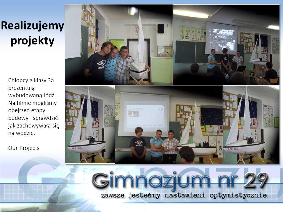 Chłopcy z klasy 3a prezentują wybudowaną łódź. Na filmie mogliśmy obejrzeć etapy budowy i sprawdzić jak zachowywała się na wodzie. Our Projects Realiz
