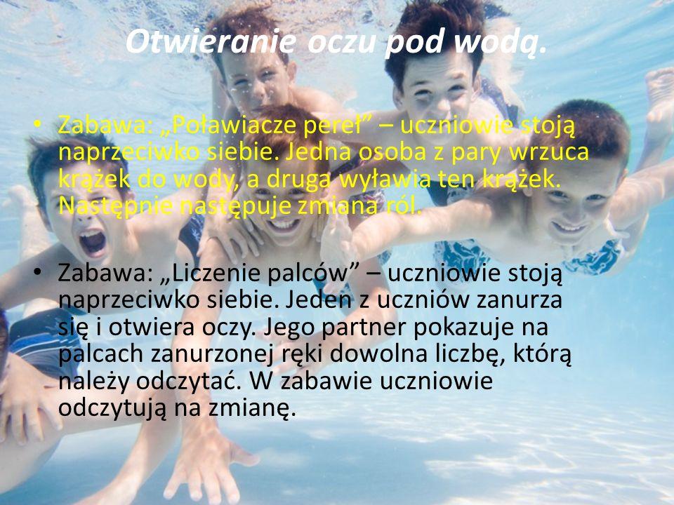 """Otwieranie oczu pod wodą. Zabawa: """"Poławiacze pereł – uczniowie stoją naprzeciwko siebie."""