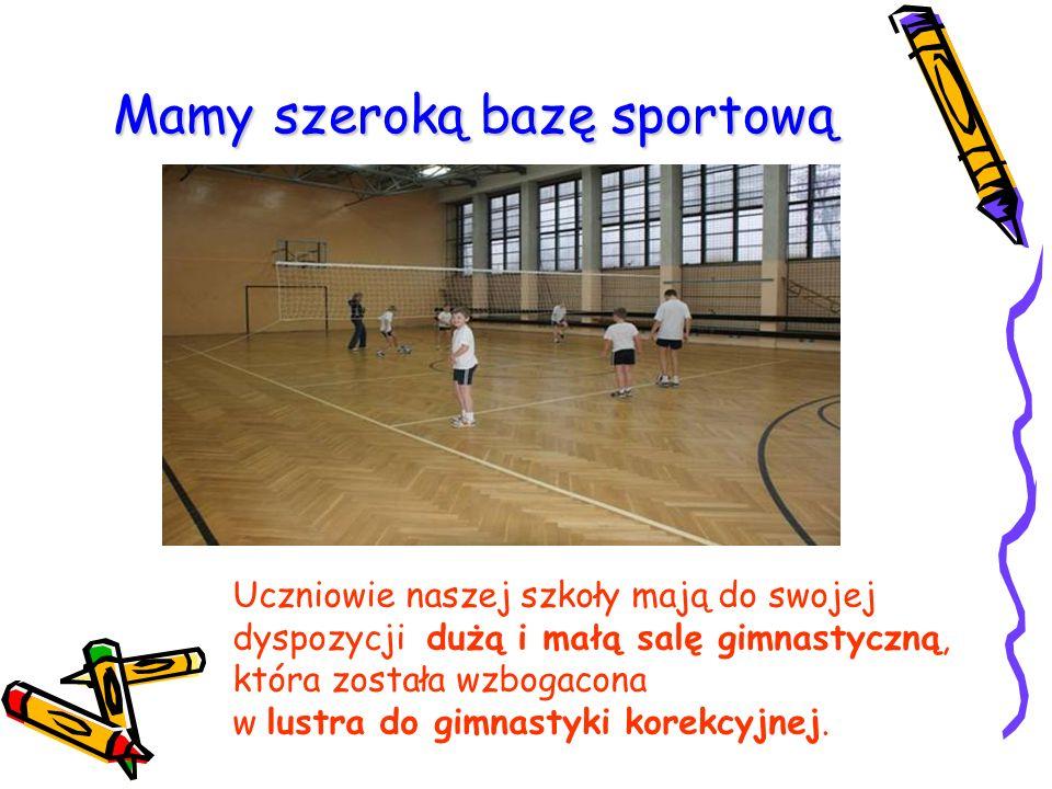 Mamy szeroką bazę sportową Uczniowie naszej szkoły mają do swojej dyspozycji dużą i małą salę gimnastyczną, która została wzbogacona w lustra do gimnastyki korekcyjnej.