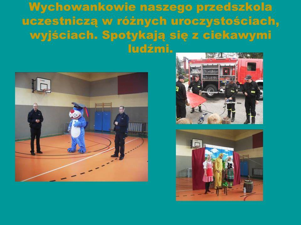 Dzieci uczestniczą w uroczystościach z okazji Dnia Edukacji Narodowej