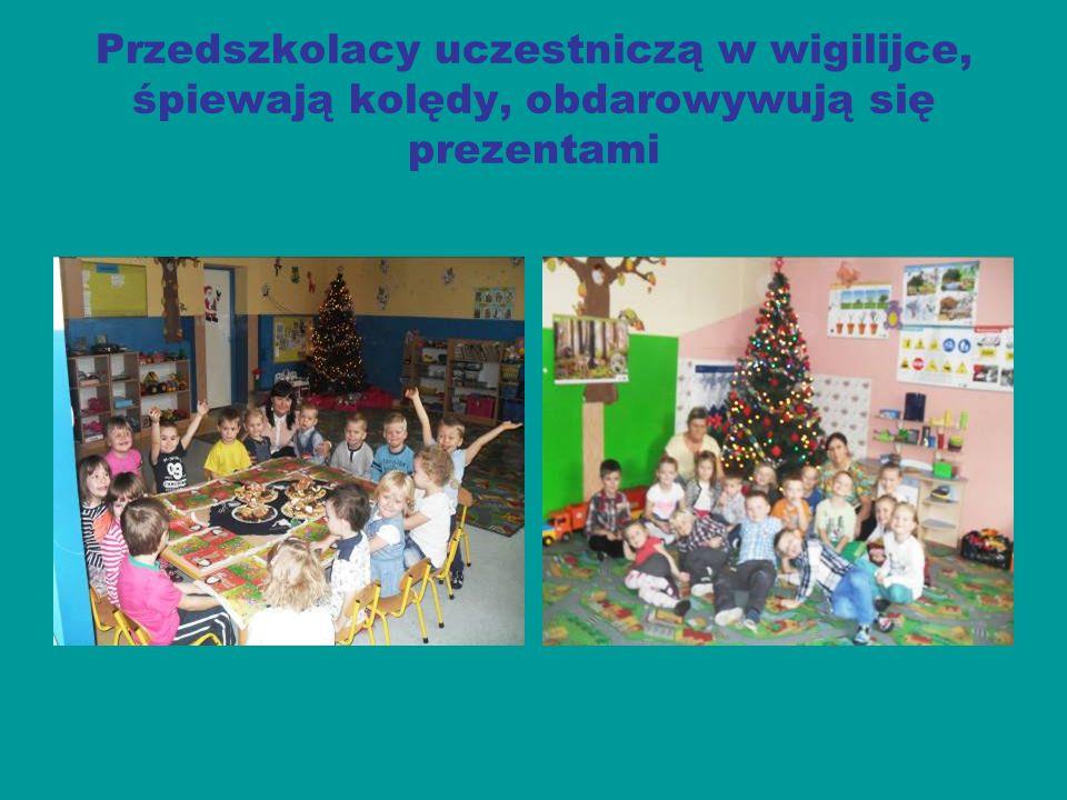 Przedszkolacy uczestniczą w wigilijce, śpiewają kolędy, obdarowywują się prezentami