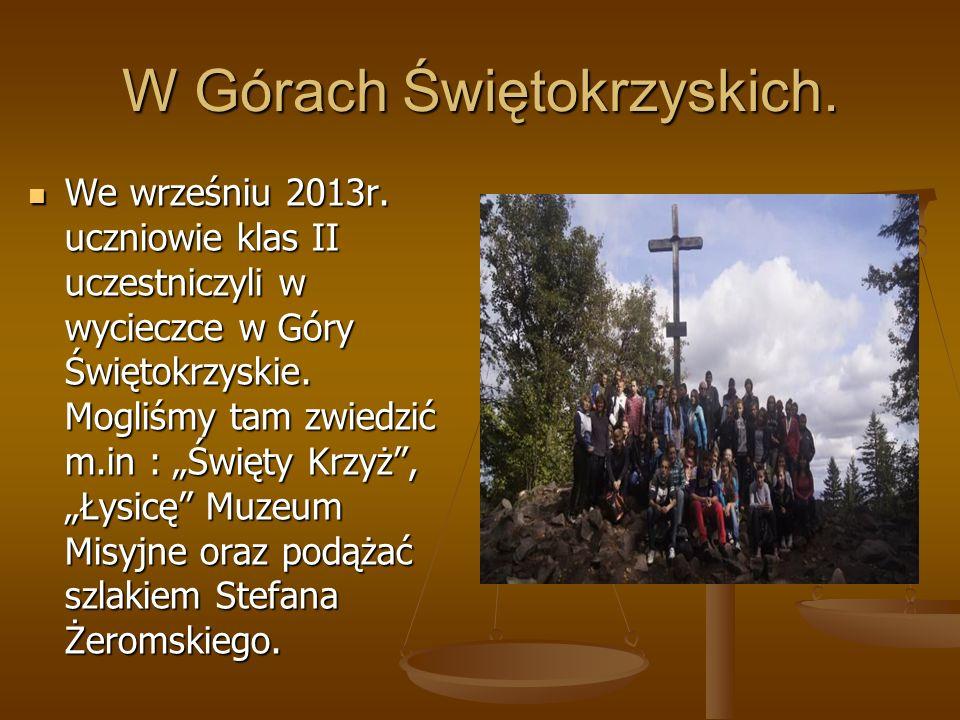 """W Górach Świętokrzyskich. We wrześniu 2013r. uczniowie klas II uczestniczyli w wycieczce w Góry Świętokrzyskie. Mogliśmy tam zwiedzić m.in : """"Święty K"""