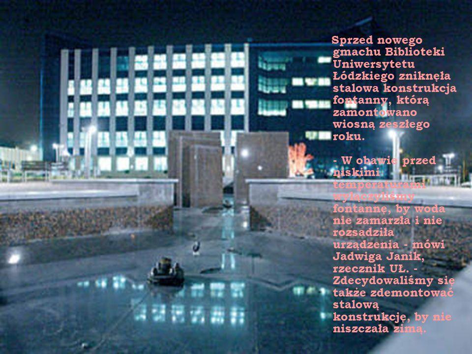 Sprzed nowego gmachu Biblioteki Uniwersytetu Łódzkiego zniknęła stalowa konstrukcja fontanny, którą zamontowano wiosną zeszłego roku.