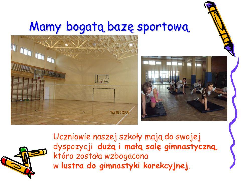 Mamy bogatą bazę sportową Uczniowie naszej szkoły mają do swojej dyspozycji dużą i małą salę gimnastyczną, która została wzbogacona w lustra do gimnastyki korekcyjnej.