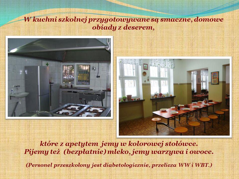 W kuchni szkolnej przygotowywane są smaczne, domowe obiady z deserem, które z apetytem jemy w kolorowej stołówce.