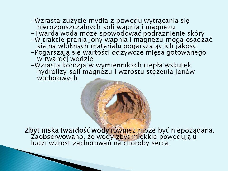 -Wzrasta zużycie mydła z powodu wytrącania się nierozpuszczalnych soli wapnia i magnezu -Twarda woda może spowodować podrażnienie skóry -W trakcie prania jony wapnia i magnezu mogą osadzać się na włóknach materiału pogarszając ich jakość -Pogarszają się wartości odżywcze mięsa gotowanego w twardej wodzie -Wzrasta korozja w wymiennikach ciepła wskutek hydrolizy soli magnezu i wzrostu stężenia jonów wodorowych Zbyt niska twardość wody również może być niepożądana.