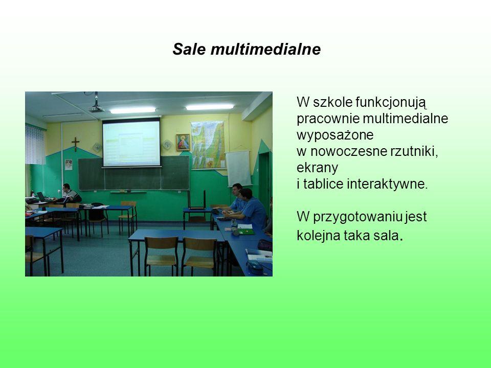 Sale multimedialne W szkole funkcjonują pracownie multimedialne wyposażone w nowoczesne rzutniki, ekrany i tablice interaktywne. W przygotowaniu jest