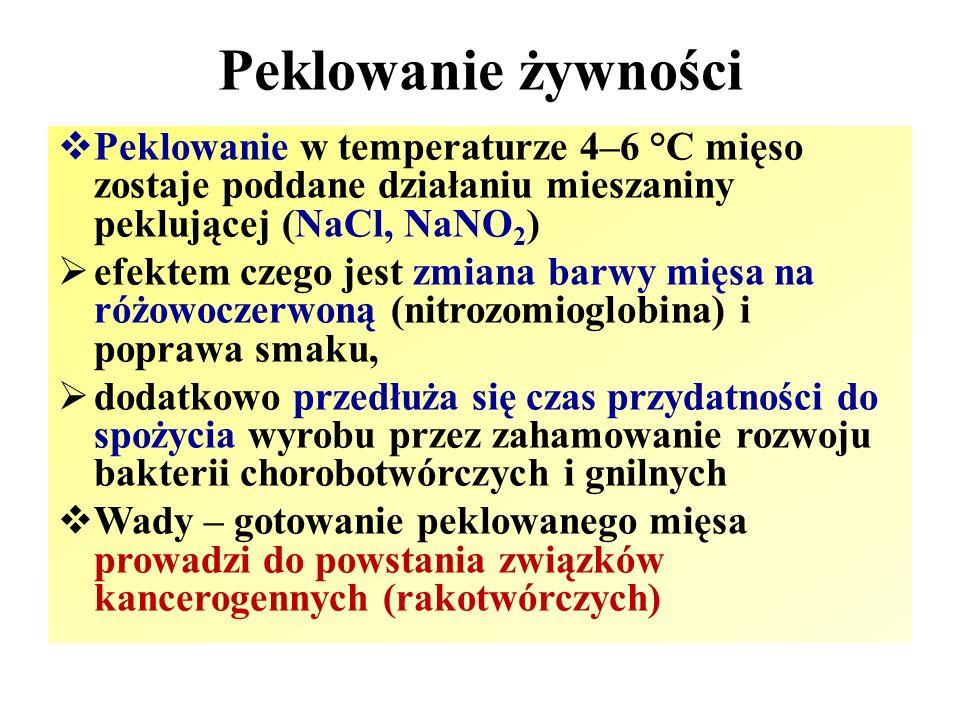 Peklowanie żywności  Peklowanie w temperaturze 4–6 °C mięso zostaje poddane działaniu mieszaniny peklującej (NaCl, NaNO 2 )  efektem czego jest zmia